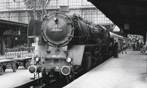 Aus Kassel ist die 41 225 an den Main gekommen. Nun steht sie mit dem D 73 nach Hamburg bereit, undwie immer hat Hans Schmidt alles exakt notiert: 8. Juli 1961, Gleis 13, 12.06 Uhr