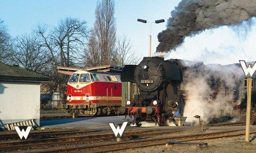 Plandampf: An einem sonnigen Apriltag 1994 startet in Salzwedel anstelle der planmäßigen Diesellok der Baureihe 229 die 52 8134 vor dem Frühpersonenzug nach Stendal