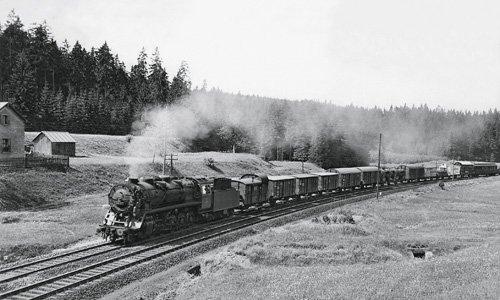 Am Nachmittag des 13. Juni 1935 lichtete Carl Bellingrodt an dem bekannten Wärterwohnhaus beim Kilometer 42,7 die 44 001 auf ihrer Bergfahrt nach Steinbach am Wald ab
