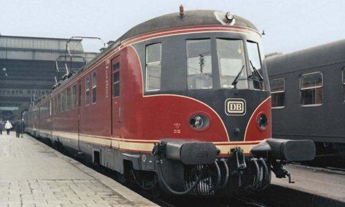 """Im Vergleich zum """"Rübezahl"""" war der ET 11 ein Renner aus der Familie der Schnellverkehrstriebwagen. Leider war er nur zweiteilig. Hier sehen wir am 12. März 1958 eine Doppelgarnitur im Hauptbahnhof München. ET 11 01 wurde als letzter 1971..."""