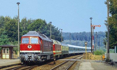 Ein Interregio aus Richtung Helmstedt hat die Steigung nach Marienborn hinter sich. Ohne Halt geht es weiter nach Magdeburg. Am 29. August 1990 ist die 132 033 vor einer 119 im Einsatz