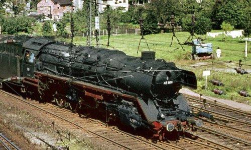 Mit einem Messzug der Versuchsanstalt Minden rollt die 45 019 am 20. September 1965 in den Bahnhof Bebra ein
