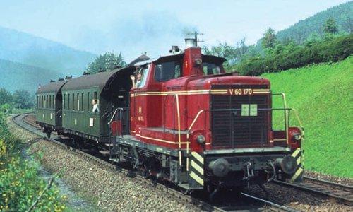 Am 1. September 1964 ist der E 594 von Stuttgart nach Konstanz in Radolfzell zum Halten gekommen. Der Zug ist erst seit Hattingen (Baden) auf der Strecke. Zuglok ist die 39 058 vom Bw Stuttgart