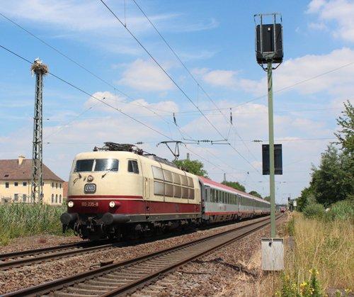 Die Baureihe 103 hat viele Freunde: Auch zwei der drei Störche in Bad Schönborn-Kronau schauen zu, als am 22. Juni 103 235 mit IC 119 südwärts eilt