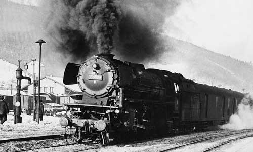 So viel Qualm muss eigentlich nicht sein:Im Winter 1961 steht 03 1008 abfahrbereit mit einem Schnell- zug im Bahnhof Finnentrop Helmut Säuberlich/Slg.H.Brinker