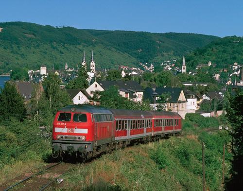 Die 218 217 (sie trug früher einmal den TEE-Lack) lässt am 16. Juni 2007 Boppard hinter sich und nimmt die Steilstrecke in Angriff (Foto: Frank Halter)