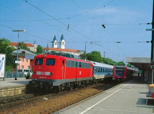 111 027 zieht ihre Kollegin 072 und den InterRegio 2647 am 1. Oktober 2002 bei Langenbach (Oberbayern) in Richtung München. Gut zwei Monate später war diese Zuggattung hier und auf zahlreichen anderen Relationen bereits Geschichte (Foto: Uwe Miethe)