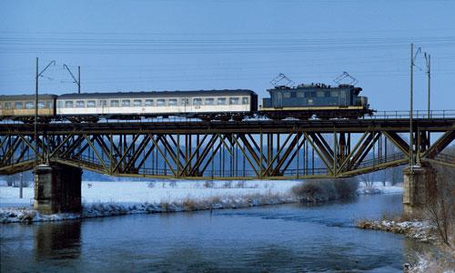 144 021 mit einem Nahverkehrszug von Nürnberg in Richtung Erlangen auf der Regnitzbrücke am 13. Februar 1983. Lediglich zwei E 44 erhielten einen – jeweils unterschiedlich ausgeführten – Lack in Ozeanblau/Beige; die neue Farbe auf Altbau-Elloks war...