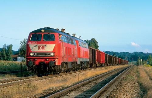 Güterverkehr im südostbayerischen Chemiedreieck: 218 439 und 217 016 stehen am 23. August 2002 in Tüßling zur Abfahrt Richtung Mühldorf bereit. Die 218 439 wird heute von Ulm aus eingesetzt (Von Malte Werning)