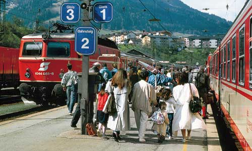 Nationaler Fernverkehr: zwei ÖBB-Express-Züge am16. April 1988 im Bahnhof Landeck (Markus Inderst)