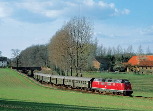 Im Winter 1981/82 gab es sonntags diesen wunderbaren Personenzug zwischen Osnabrück und Bielefeld. Das Bild mit der 220 037 wurde im April 1982 bei Hankenberge aufgenommen (Foto: Josef Högemann)