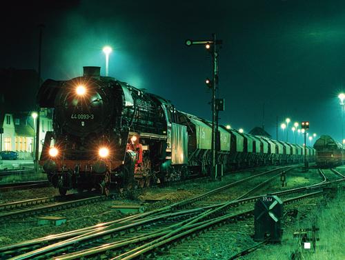 """Plandampf """"Kali"""": Die 44 0093 mit einem typischen Kalizug im nächtlichen Bahnhof Vacha am 13. Februar 1998 Bilder (wenn nicht anders angegeben) Dirk Höllerhage"""