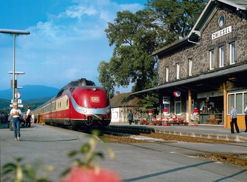 Der »Alpen-See-Expreß« am 31. August 1983 im Bahnhof Zwiesel im Bayerischen Wald. Von hier aus fuhren die Ferienzüge weiter auf den Nebenbahnen nach Bodenmais und GrafenauFoto Helmut Säuberlich