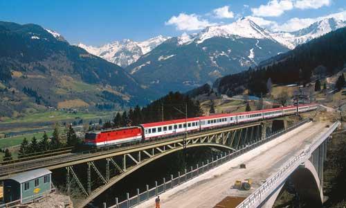 Fortwährende Bauarbeiten und Trassenverlegungen kennzeichnen die Tauernbahn. Alte und neue Angerschluchtbrücke nebeneinander: Hintenpassiert die 1044 018 mit dem EC 691 die alte Stahlkonstruktion (Aufnahme vom 15. April 2009)