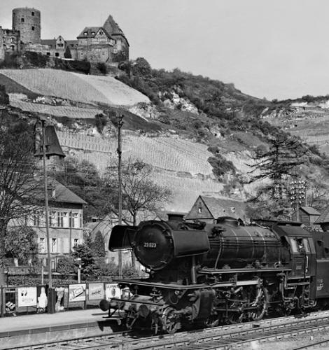 Die neue 23 023 vom Bw Mainz passt nicht nur wenig zu den alten Vierachser-Abteilwagen des P 1230, sie fällt auch ein wenig aus dem Rahmen der deutschen Gemütlichkeit des Bahnhofs Bacharach vom 19. April 1953Foto: Carl Bellingrodt/Slg.Helmut Brinker