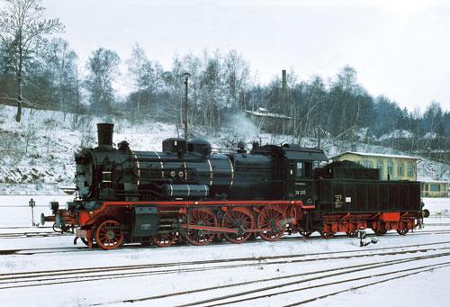 Die 38 205 im Februar 1982 in der Einsatzstelle Annaberg-Buchholz Süd. Interessant ist die Anordnung des Voreilhebels hinter dem Kreuzkopf              Foto: Gert Schütze