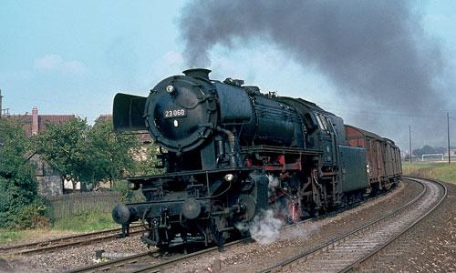 Als die Baureihe 23 in Crailsheim noch neu war: Mit dem Personenzug 2818 am Haken verlässt die 23 060am 25. August 1967 ihre neue württembergische Heimat. Helmut Dahlhaus