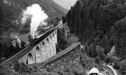 Die 85 004 mit dem P 1547 auf dem Ravenna-Viadukt in der 55-Promille-Steigung am 22. Juni 1934. Gut zu erkennen ist die schnurgerade neue Linienführung, rechts die Widerlager der alten BrückeFoto Carl Bellingrodt/Slg. Helmut Brinker