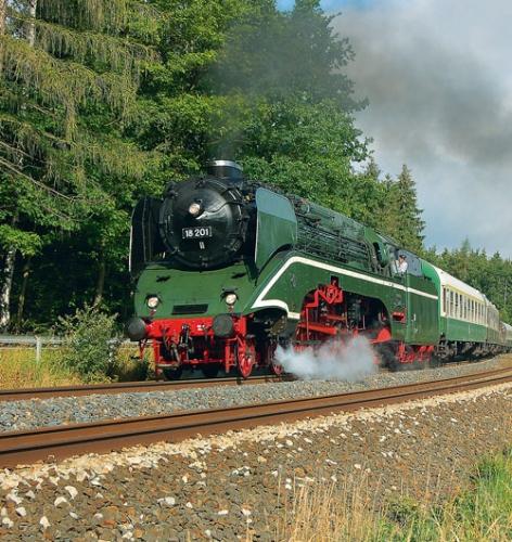 Am 30. Juni 2007 führt die 18 201 einen Sonderzug bei Reuth durch das Vogtland in Richtung Adorf Foto: Mathias Rausch