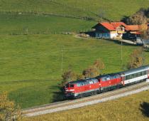 Auf seiner Fahrt von München nach Zürich schlängelt sich der EC 196 durch die hügelige Allgäulandschaft nahe RöthenbachFoto: Felix Löffelholz