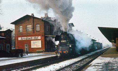 65 1082 in Arnstadt Hbf vor dem Personenzug 9039 nach Ilmenau (Februar 1976)Foto: Michael Lüdecke