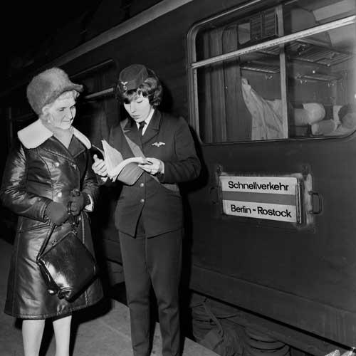 Um 18.26 Uhr fuhr der Städteschnellverkehr nach Rostock im März 1975 in Berlin am Ostbahnhof ab. Seit 1973 war das Elfer-Schema der Zugnummer nicht mehr gültig, der Zug hieß nun D 126Foto: Wolfgang Hein/Slg. DBAG