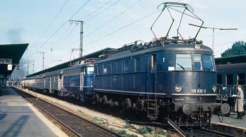 Würzburg Hbf am 17. Juni 1968: Die 118 032 leistet der 110 446 Vorspann vor dem Eilzug 769  (Nürnberg – Würzburg – Fulda), der planmäßig um 17.45 Uhr abfahren wird