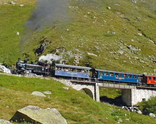 30. August 2008 bei Tiefenbach: Die HG 3/4 Nr. 4 überquert mit einem Sonderzug von Realp nach Gletsch den SiedelenbachFoto: Bruno Hitz