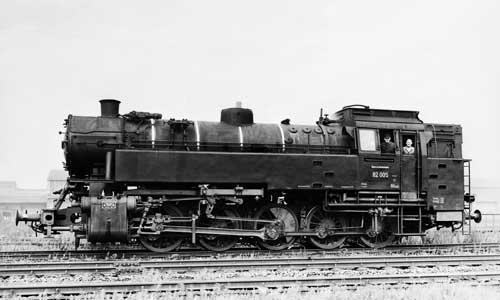 Die Heizerseite der 82 005, aufgenommen in Hamm (Westf) am 18. August 1951. Diese Lok wurde wie 24 weitere ohne Vorwärmer geliefert, die Aussparung in der Rauchkammer war aber vorhanden. In den Jahren 1954/55 wurden die Loks anlässlich von AW-...