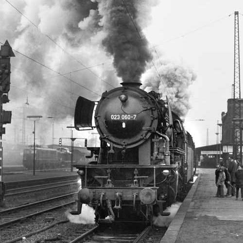 1972: Zwei 023er fahren mit mächtigen Auspuffschlägen aus Gleis 15 in Saarbrücken aus Foto: Rainer Schedler