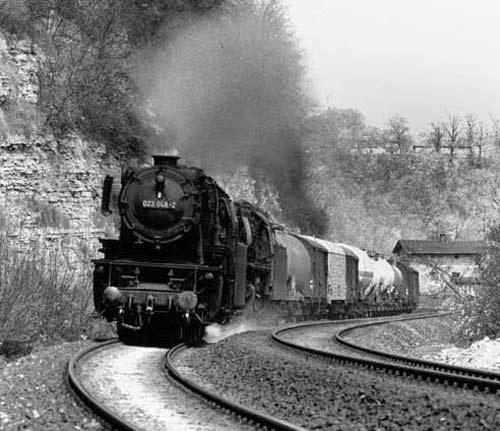 Die 023 048 leistet einer 44er Vorspann. Zu bewältigen war an jenem 4. Mai 1973 bei Schwäbisch Hall ein Durchgangsgüterzug in Richtung CrailsheimFoto: Herbert Stemmler