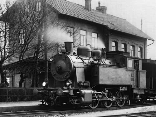 Anfang der 1950er-Jahre: Die Lok 44 der Kleinbahn Voldagsen – Duingen – Delligsen wartet in Duingen vor einem gemischten Zug, während die Elna-Lok 25 einen reinen Güterzug bespanntFoto: Carl Bellingrodt/Slg. Willy Reinshagen