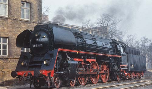 Die kohlegefeuerten 015 bildeten die neue Baureihe 01.1. Das Bild zeigt die 01 1514-7, ehemals 01 514, des Bw Berlin Ostbahnhof im Bw Leipzig West am 14. März 1971Alle Aufnahmen Wolfgang Müller