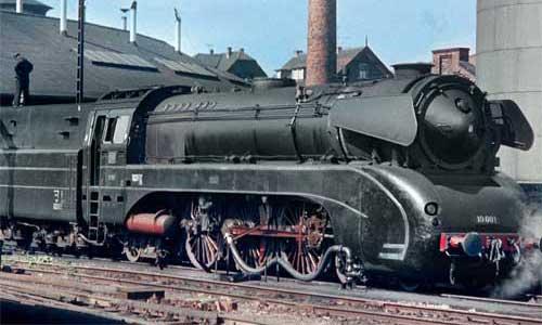 24. Juli 1962: Die 10 001 wird in ihrem Heimat-Bw mit Öl versorgt
