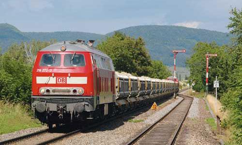 2009: Ein Zug mit dem Aushub aus einem Züricher Tunnel erreicht Wilchingen-HallauAlle Fotos Jörn Schramm