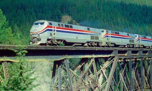 Dreifachtraktion von P40DC vor Train 8, dem ostwärtigen Empire Builder, auf der Java East Bridge in Montana (Juni 1998)Foto: Ulf Degener