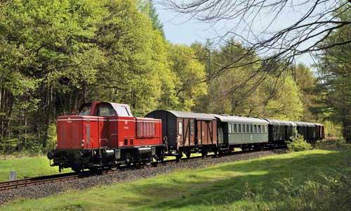 Die Strecke ist, obwohl im norddeutschen Flachland gelegen, ausgesprochen abwechslungsreich. Hier passiert die V 65 02 mit ihrem Zug einen schönen Mischwald bei DrangstedtFoto: Josef Högemann