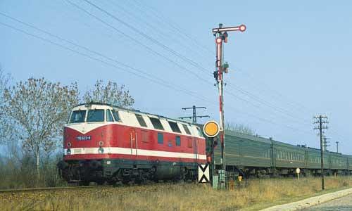 """Von Erfurt über Sangerhausen nach Seddin führte der Laufweg dieses Zuges für die in der DDR stationierten Truppen der Roten Armee, bei den Eisenbahnern auch """"Gardine"""" genannt. Am 25. Mai 1986 entstand bei Blankenheim Trennungsbahnhof diese Aufnahme..."""