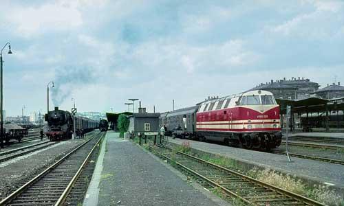 """Der Reichsbahn war sehr daran gelegen, im Westen """"Überlegenheit"""" zu zeigen. Besonders gern fuhr man Hof mit den neuen V 180 an, wo der Gegensatz zur DB-Dampflok ins Auge trat (1967)Foto: Hans van Engelen"""