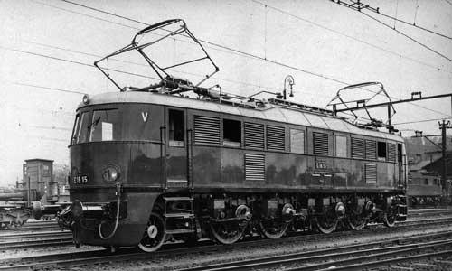 Eine schöne Schräg-Seitenaufnahme nach den Grundsätzen des Deutschen Lokomotiv-Bildarchives zeigt die E 18 15 am 11. Juni 1936 im Heimat-Bw Hirschberg in SchlesienAlle Aufnahmen aus der Slg. Brian Rampp