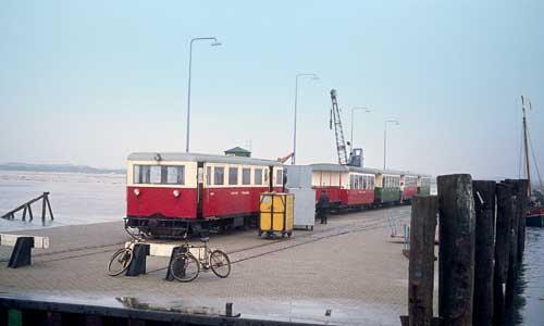 Auf dem Anlieger von Spiekeroog empfängt am 3. September 1968 der VT 5 (ehemals Emden – Pewsum – Greetsiel) samt Zug seine Gäste. Der Triebwagen sollte sich noch öfter zeigen.Alle Bilder Dieter Höltge