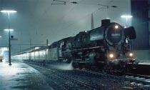 Eine magisch schöne Stimmung geht von der 012 060 aus, die mit dem E 1633 nach Emden am 5. Februar 1970 in Münster zur Abfahrt bereit steht