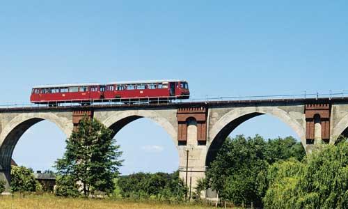 Mehrere solcher schönen Viadukte gab es an der Strecke Altenburg – Langenleuba-Oberhain. Am 31. August 1979 brummt dieses LVT-Gespann über die Brücke bei WiesebachFoto: Ralph Lüderitz