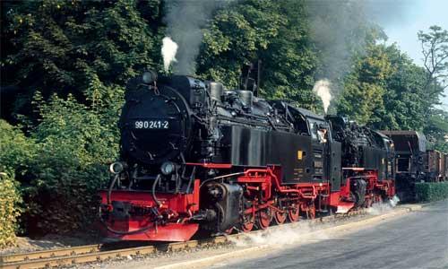 Juli 1979: Ein Güterzug in Richtung Hasserode hat gerade den Bahnhof Wernigerode-Westerntor verlassen. An der Spitze die ganz frisch mit Ölfeuerung versehene 99 0241 mit einer weiteren Neubaulok Hans van Engelen