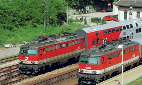 Im fotogenen Bahnhof Rekawinkel an der Westbahn begegneten einander am 21. Juli 2010 die 1142 620 mit dem REX 1624 nach St.Pölten und die 1142 653 mit dem R 2029 nach Wien West. Die Bespannung von Doppelstock- und Wendezügen wird für die Reihe 1142 künftig zu den wichtigsten Aufgaben zählen Foto: Eduard Saßmann