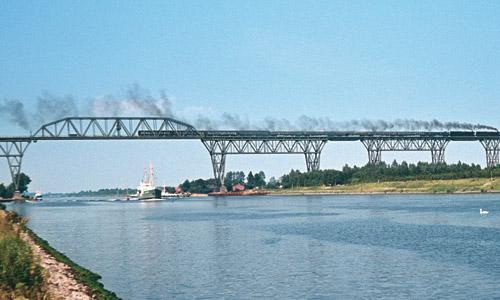 Marschbahn im August 1972:Zwei Loks der Baureihe 012 überqueren den Nord-Ostsee-Kanal auf der Brücke von Hochdonn mit einem Schnellzug nach Hamburg-Altona. (Foto: Peter Pekny, Slg. Verkehrsfreunde)