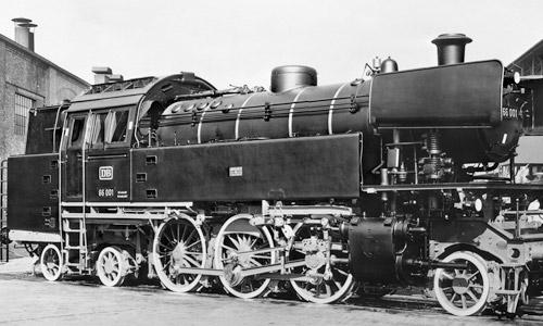 Sehr formschön war die Baureihe 66: Hier die 66 001 bei der Ablieferung im Henschel-Werk in Kassel 1956. (Werkfoto Henschel/Slg. H. Brinker)
