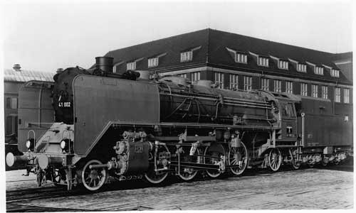 Die Heizerseite der 41 002. Beide Baumusterlokomotiven bekamen noch den genieteten Tender 2'2'T32, ab der 41 003 wurden alle Maschinen mit dem geschweißten 2'2'T34 ausgeliefert BMAG/Slg. M. Weisbrod