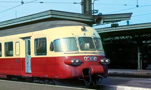 """Im Gare de Lyon in Paris setzt sich an einem Septembermorgen des Jahres 1965 eine RAe-Garnitur als TEE """"Le Cisalpin"""" nach Mailand in Bewegung Peter Kusterer"""