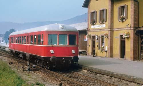 Der Esslinger Triebwagen VT 102 war jahrelang Stammfahrzeug auf der Stichstrecke Biberach – Oberharmersbach im Schwarzwald. Am 1. Oktober 1983 legte er einen Zwischenhalt im idyllischen Bahnhof Zell (Harmersbach) ein. (Foto: Martin Weltner)
